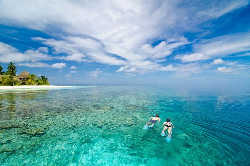 Snorkelers-Kandolhu-Maldives-web