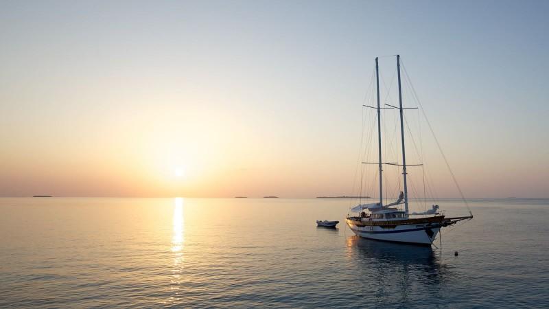 luxury-sailing-hurawalhi-excursions-1600x900_1