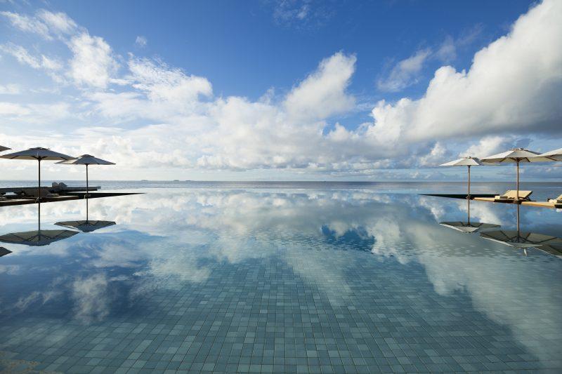 Huvafen Fushi Maldives infinity pool